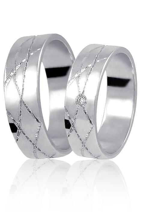 Snubni Prsteny Z Bileho Zlata S Moderni Rytinou A Jednim Zirkonem